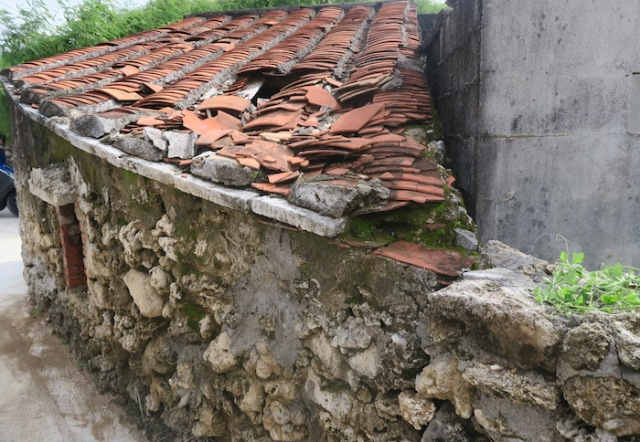 A broken roof on top of a house made using Caizhai in Nanliao