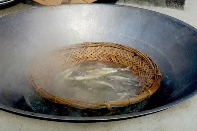 Sardines being cooked in the Nanliao Community's Fu Ji Stove in Penghu