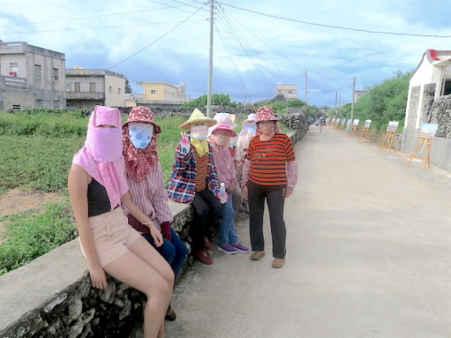 Sitting with a group of Nanliao Masked Girls