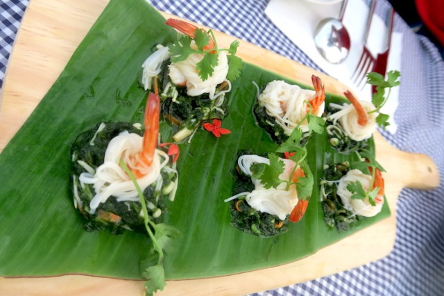 Appetizers made with prawn, seaweed and noodles arranged on a platter