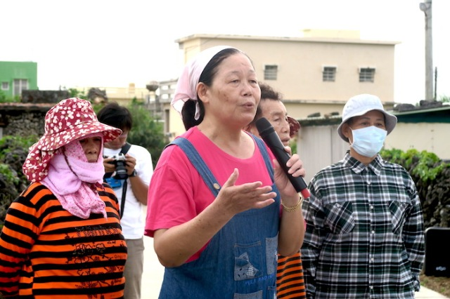 Woman from the Hudong Community in Penghu gives a speech about the meal she helped prepare