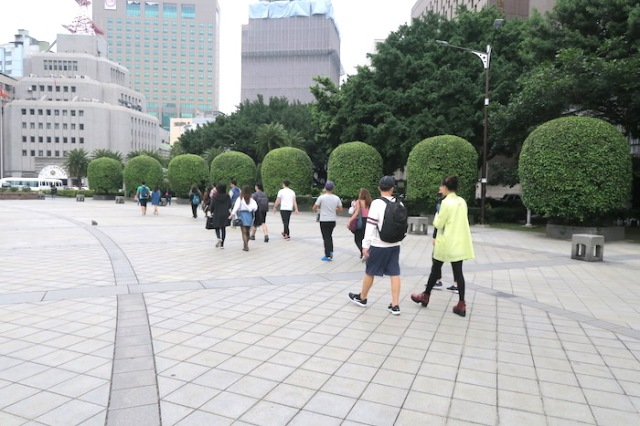 Tour group in the Zhongshan Hall area